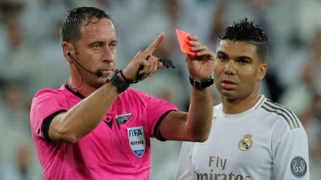 Artur Dias, tras consultar el VAR, anula la tarjeta roja a Courtois
