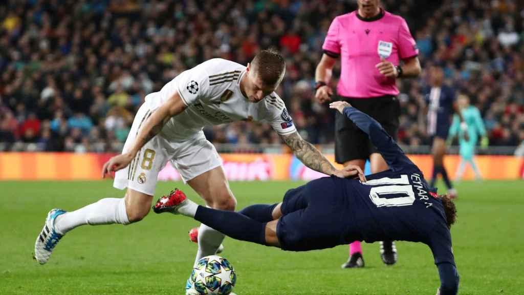 Toni Kroos derriba a Neymar tras un forcejeo por un balón
