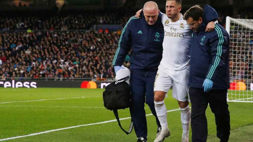 Hazard abandona el terreno de juego ayudado por los médicos del Real Madrid