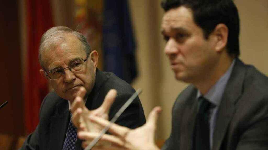 El general Ballesteros  observa a Manuel R. Torres durante su intervención, este martes en Madrid.