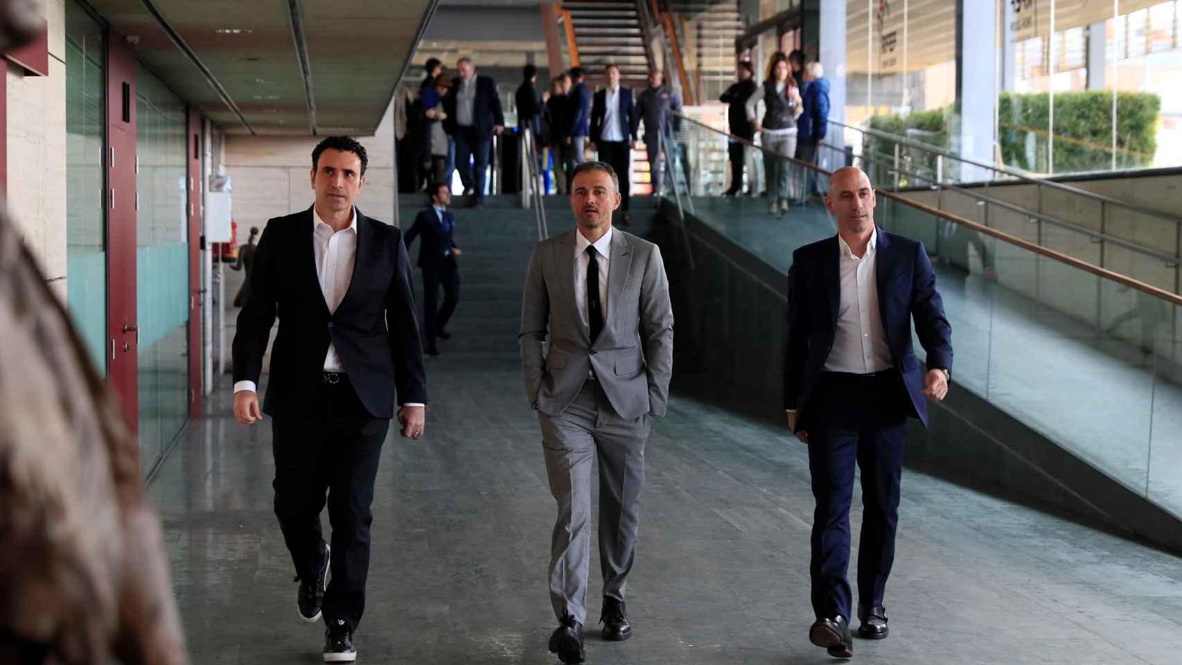 Luis Enrique, acompañado por Luis Rubiales y José Francisco Molina