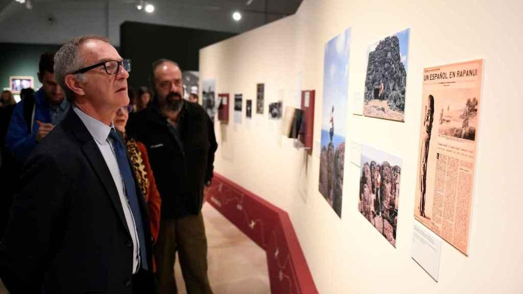 El ministro Girao y el hijo de Miguel de la Quadra, Rodrigo, durante la inauguración de la muestra.