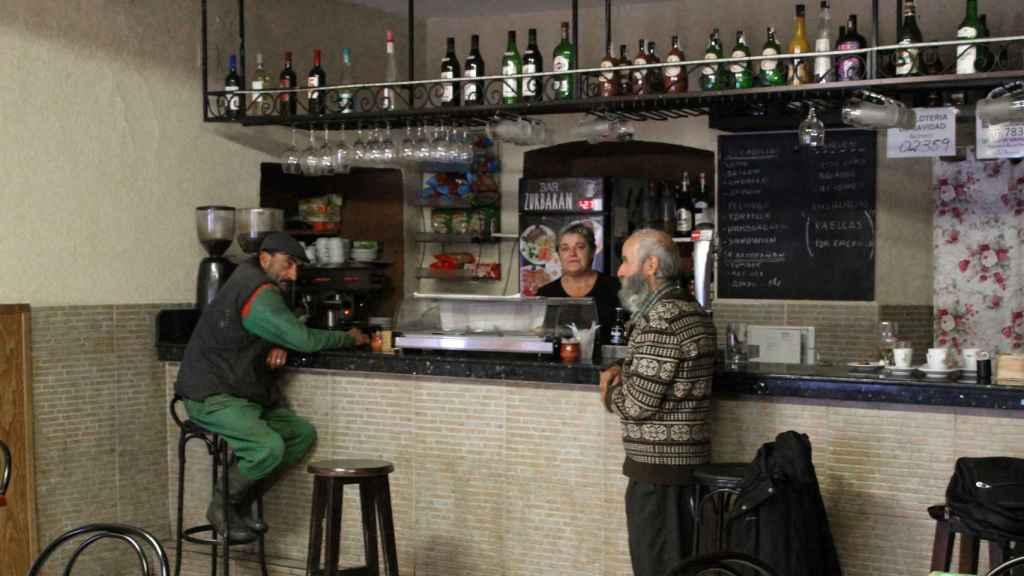 Dos clientes y la encargada del bar Zurbarán.
