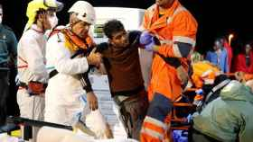 Salvamento Marítimo ha rescatado en Melilla a 70 personas de una patera a la deriva.