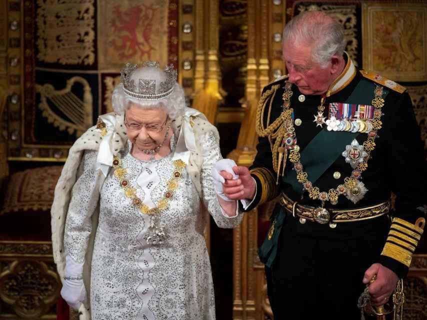 El contagio del príncipe Carlos ha hecho saltar las alarmas en la prensa británica, por un posible contagio de Isabel II.