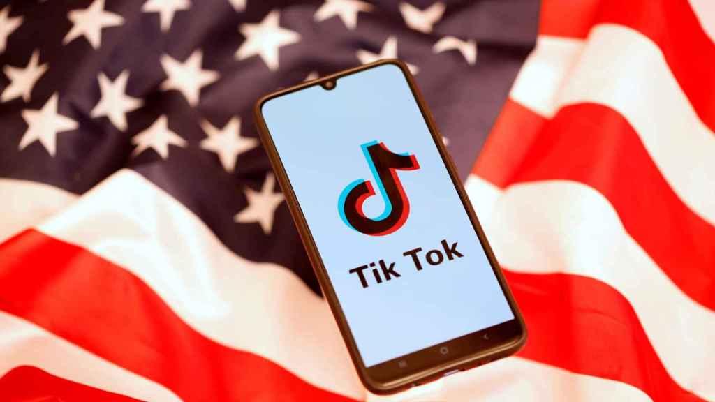 Logo de TikTok con la bandera de Estados Unidos