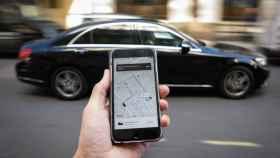 Un coche de Uber y su app en Londres.