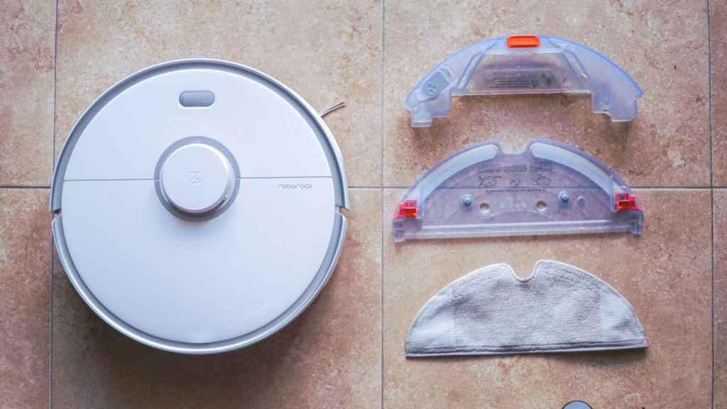 Roborock S5 Max con su depósito de agua y la mopa de fregado.