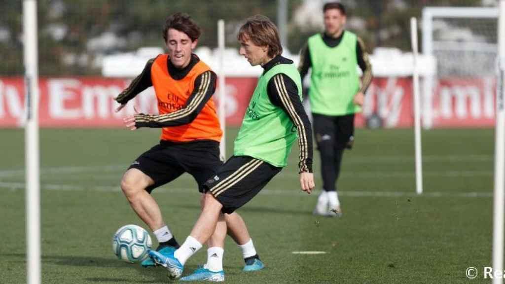 Luka Modric y Álvaro Odriozola en el entrenamiento de este viernes