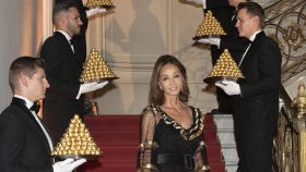 Isabel Preysler evoca el mítico anuncio Ferrero Rocher durante la celebración del 30 aniversario de la marca.