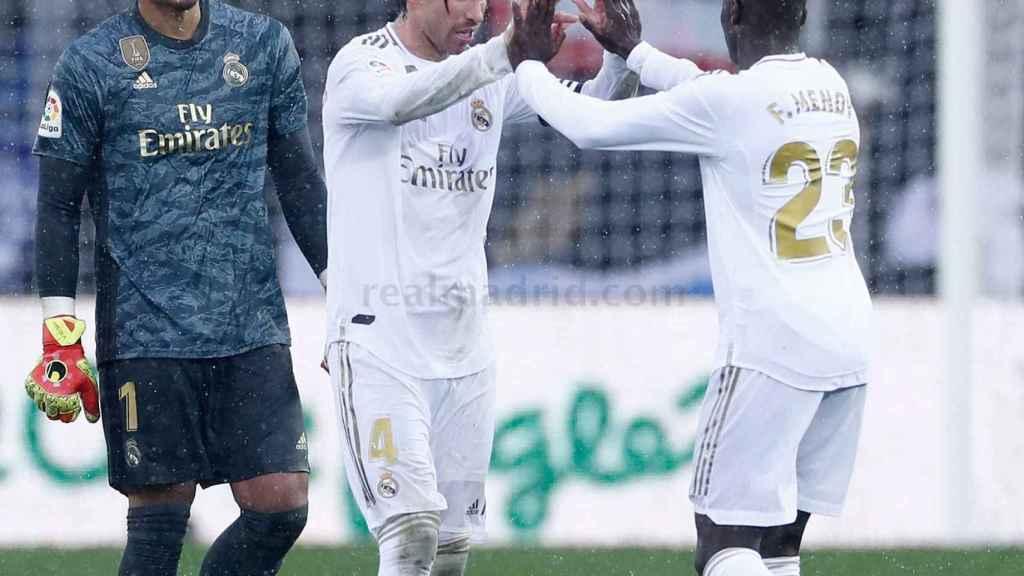 Areola, Sergio Ramos y Ferland Mendy celebran la victoria del Real Madrid