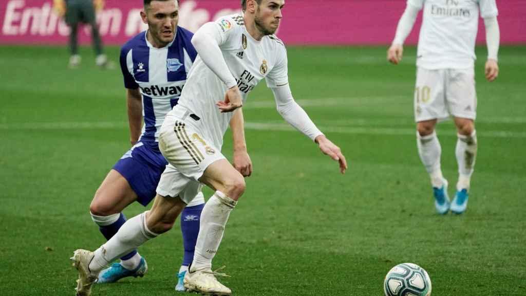 Gareth Bale presionado por Lucas Perez