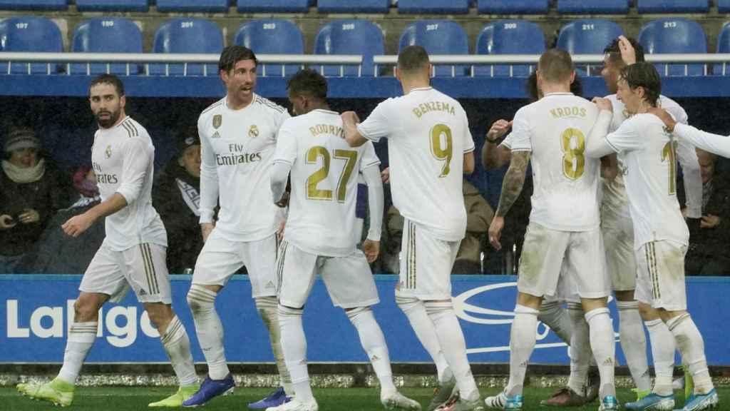 Carvajal celebra su gol, el segundo del Real Madrid al Alavés, con sus compañeros