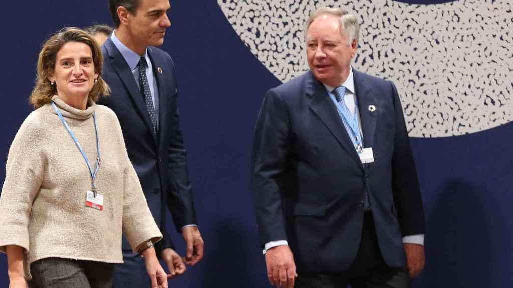 La vicepresidenta cuarta, Teresa Ribera, junto al presidente del Gobierno, Pedro Sánchez.