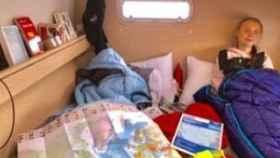 Greta Thunberg en su camarote del catamarán en el que viaja hacia la COP25.