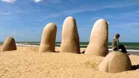 Imagen de la escultura 'La Mano', obra del artista chileno Mario Irrazábal.