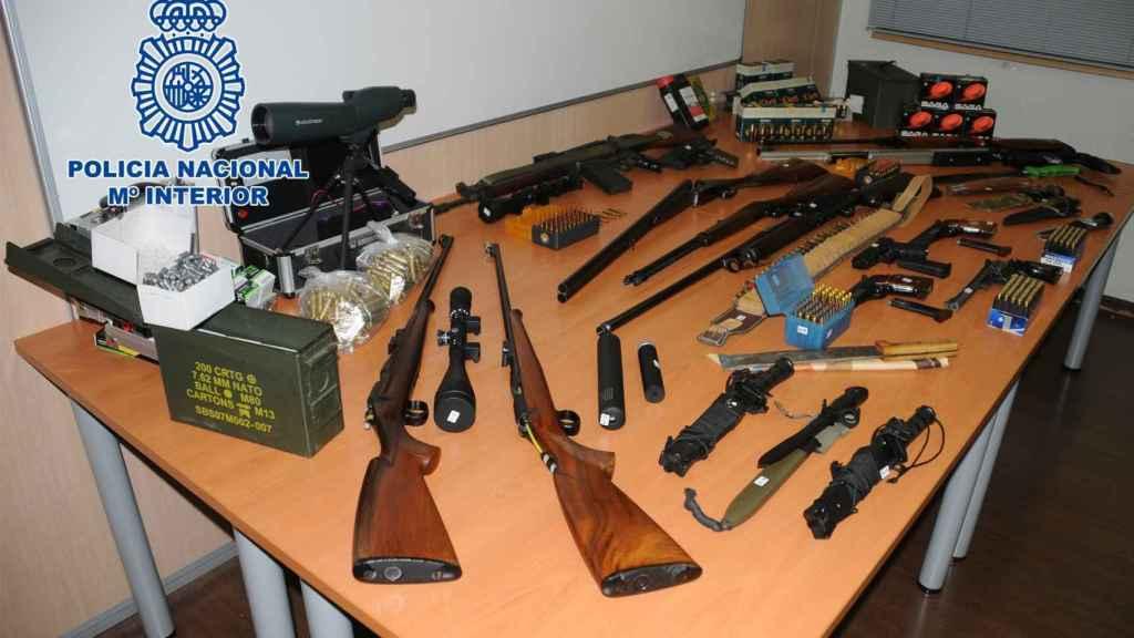 Armas de guerra y munición intervenida por la Policía en Martorell (Barcelona).