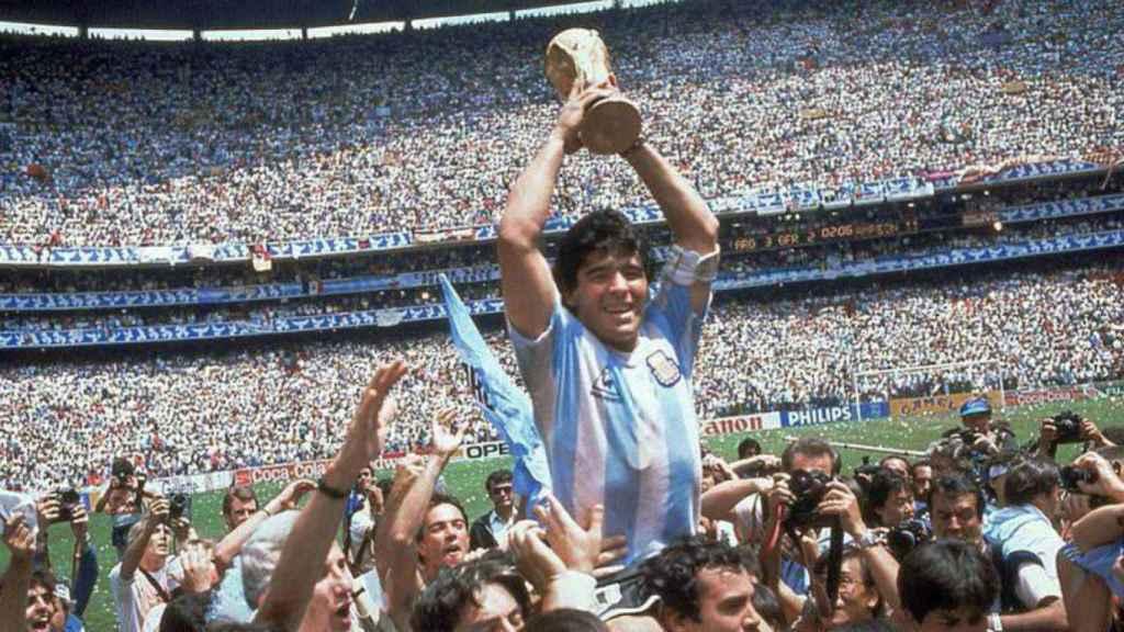 Diego Armando Maradona con la copa de Campeón del Mundo de 1986