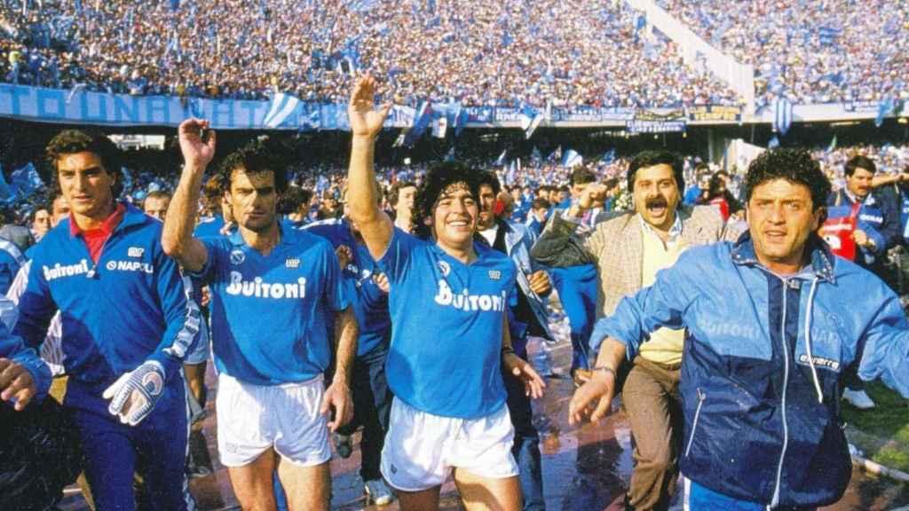 Maradona celebra junto a sus compañeros del Nápoles la primera liga del equipo italiano en 1987