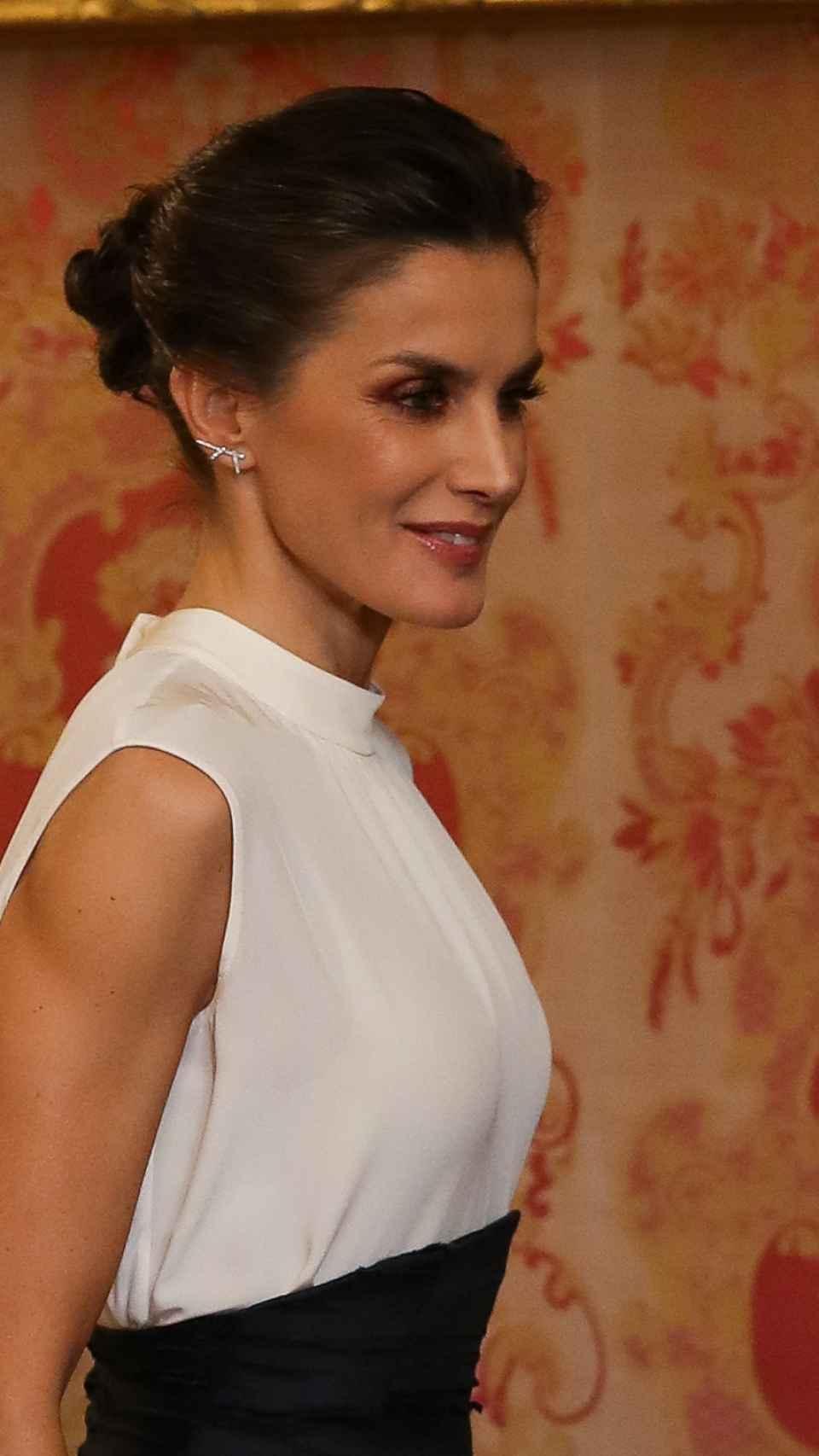 La reina Letizia con pendientes de Gold & Roses.