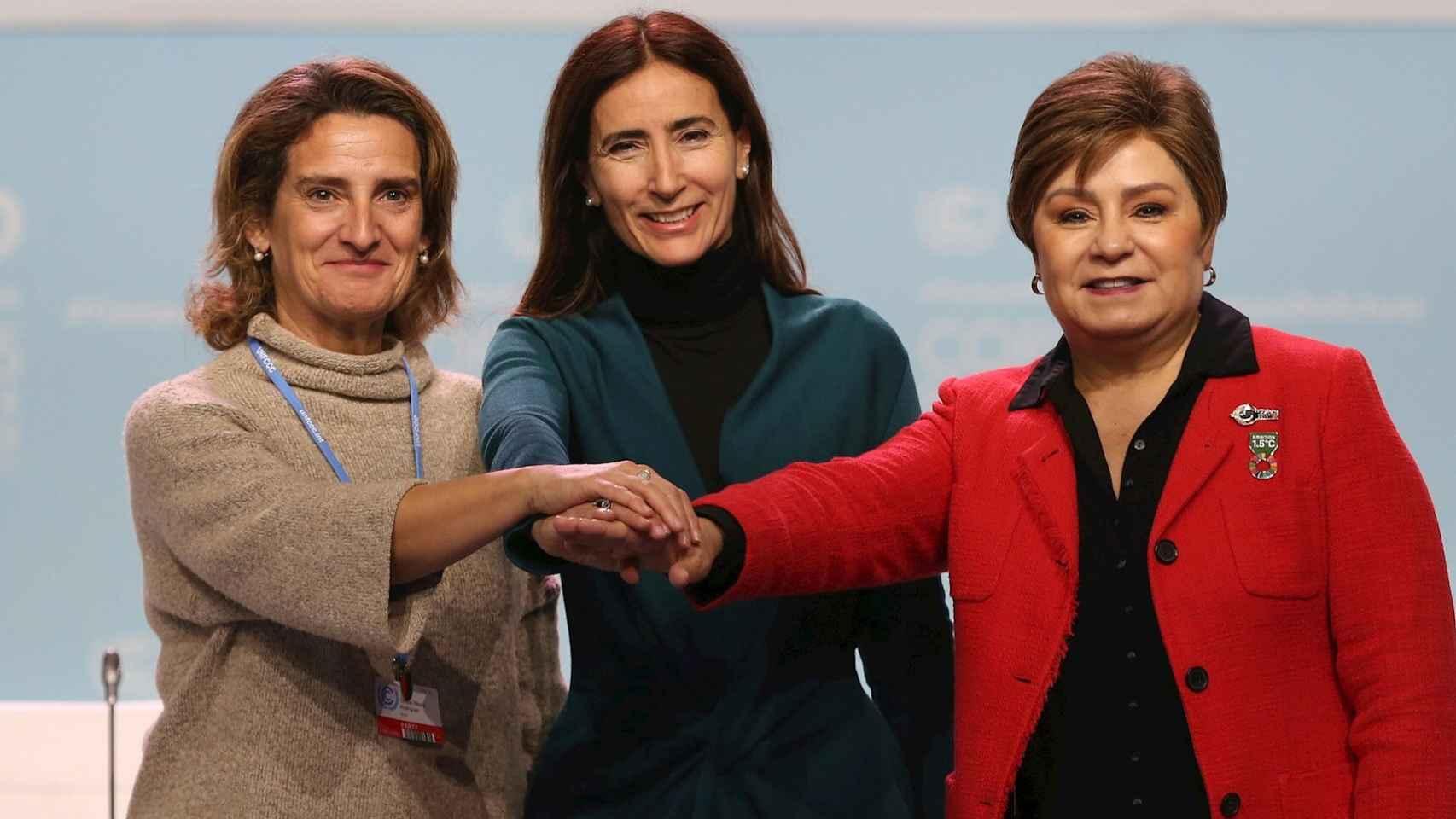 La ministra en funciones para la Transición Ecológica, Teresa Ribera (i), junto con su homóloga chilena, Carolina Schmidt (c), y la secretaria Ejecutiva de la ONU sobre Cambio Climático, Patricia Espinosa. EFE/Javier Lizón.