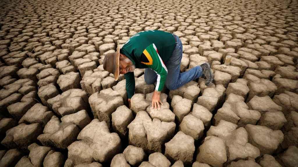 El hidrólogo Gideon Groenewald en la presa municipal seca de Graaff-Reinet, Sudáfrica, 14 de noviembre de 2019.
