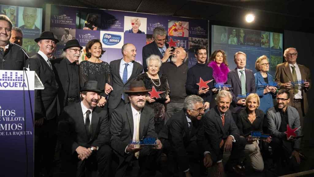 Los galardonados posan en la foto de familia de los Premios Ciudad de la Raqueta y María de Villota