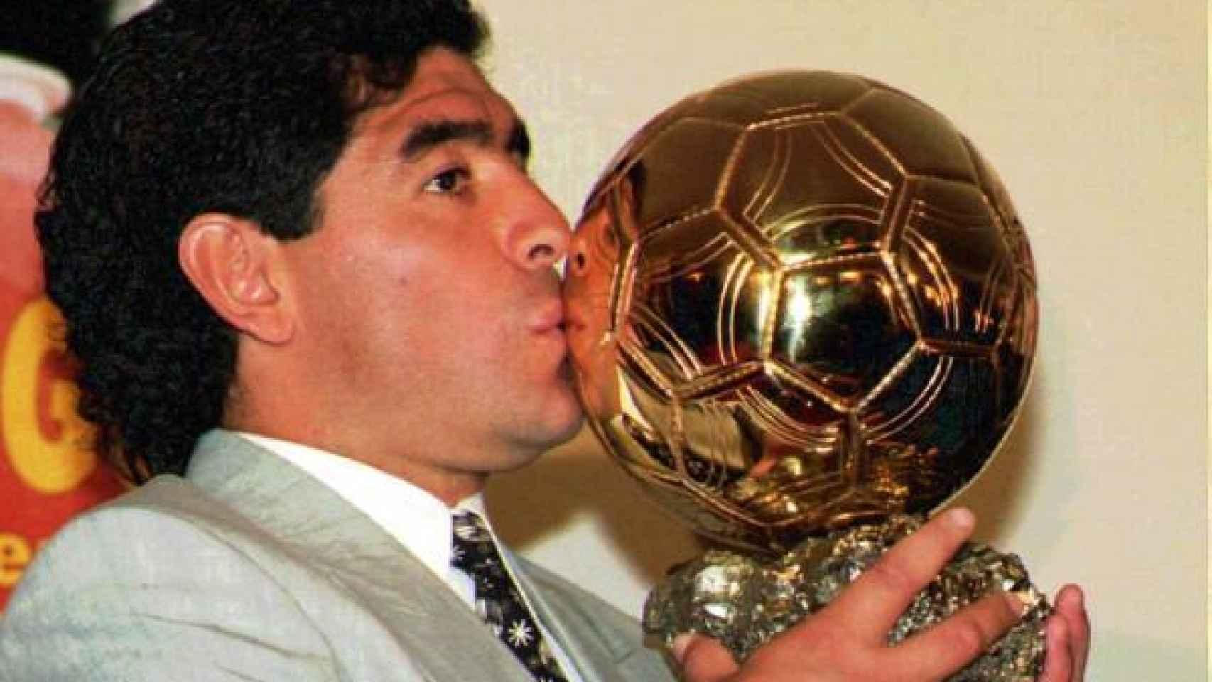 Diego Armando Maradona recibió en 1995 el primer Balón de Oro honorífico