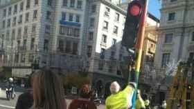 Imagen de los semáforos de Granada antes de ser repintados de negro.