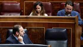 José Luis Ábalos, ministro de Fomento en funciones, mira de reojo a Pablo Iglesias, líder de Unidas Podemos, en el Congreso.