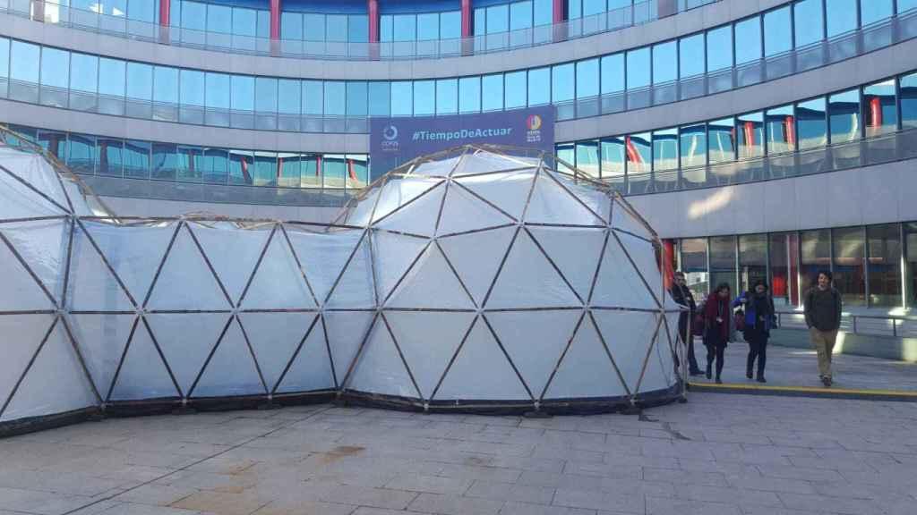 La exposición 'Burbujas de Contaminación' en el patio de Ifema.