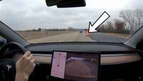 Este vídeo de un Tesla con Autopilot evitando objetos de construcción es hipnótico
