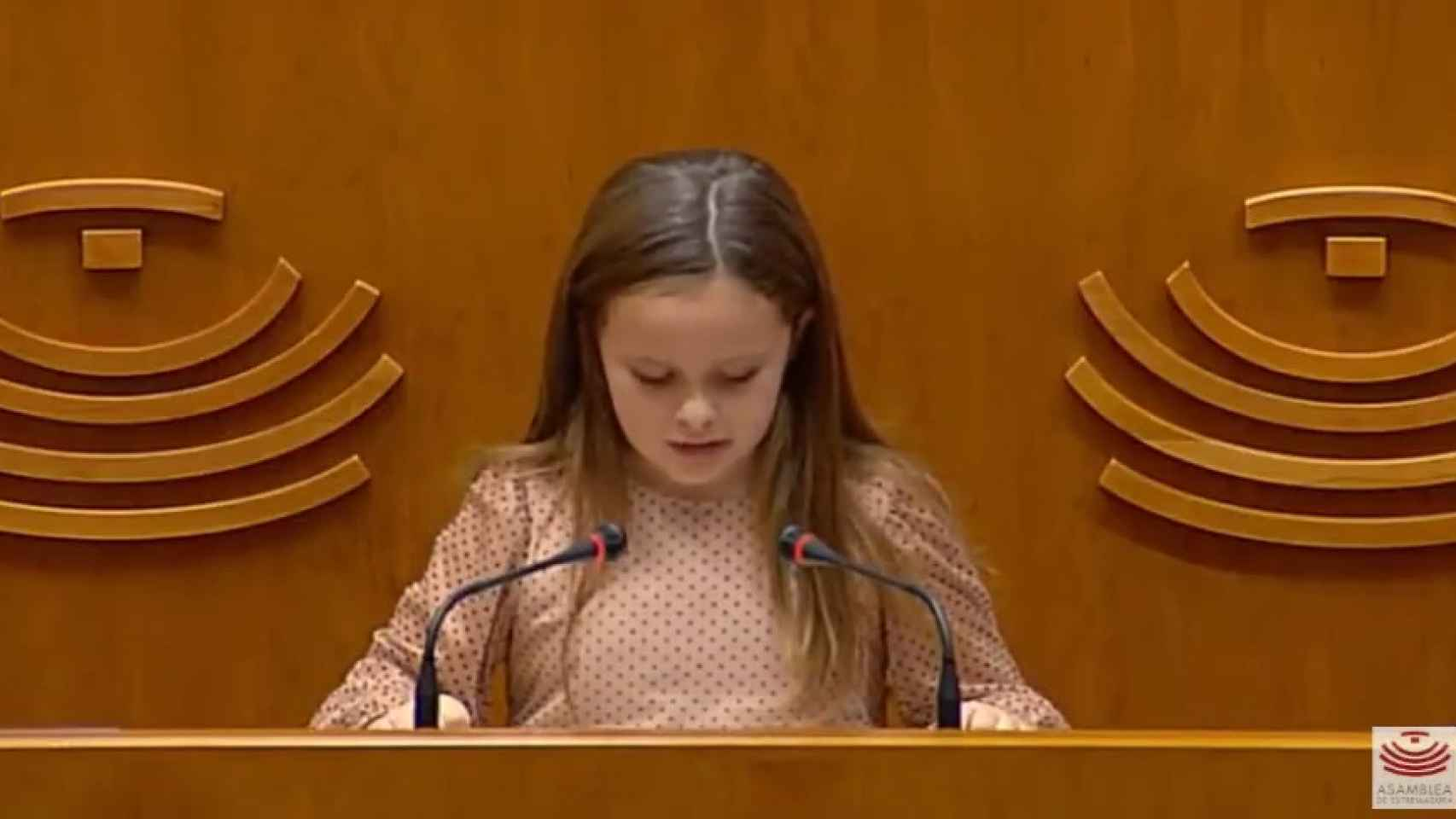 Elsa, la niña trans que arrancó el aplauso de los políticos extremeños