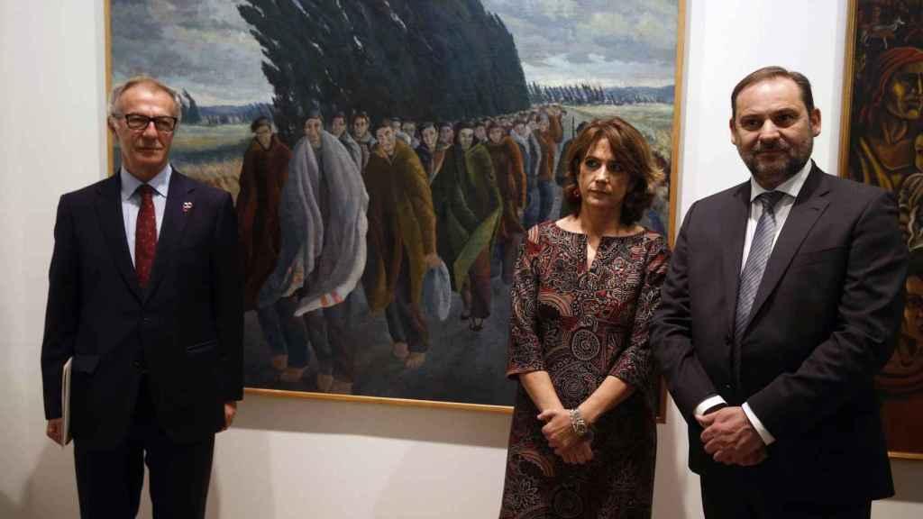 José Girao, Dolores Delgado y José Luis Ábalo delante del cuadro 'Camí de l'exili', de Joseph Franch-Clapers.
