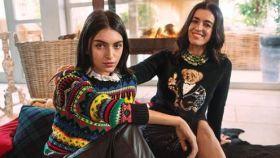 Lucía Rivera y Blanca Romero con jerseys de Ralph Lauren.