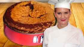 Samantha Vallejo-Nágera en un montaje de JALEOS con el bizcocho de chocolate de fondo.