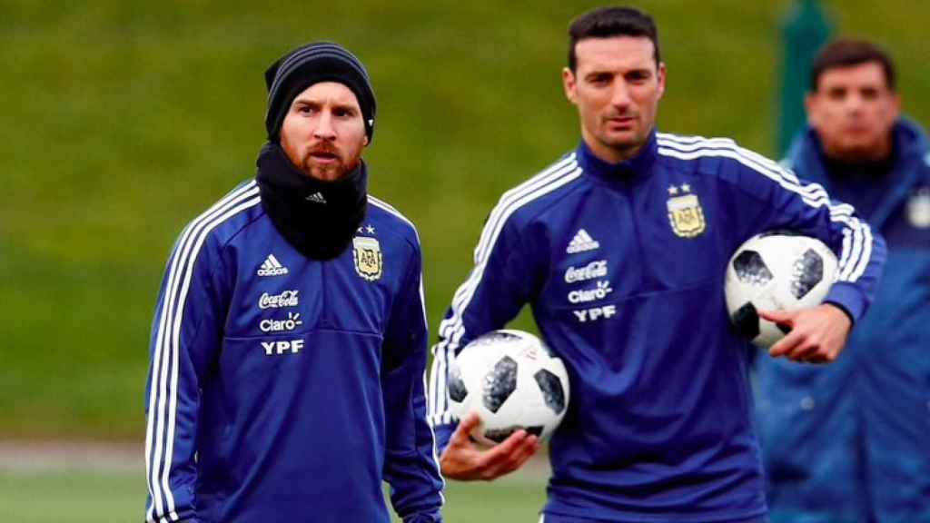 Leo Messi y Scaloni, con Argentina