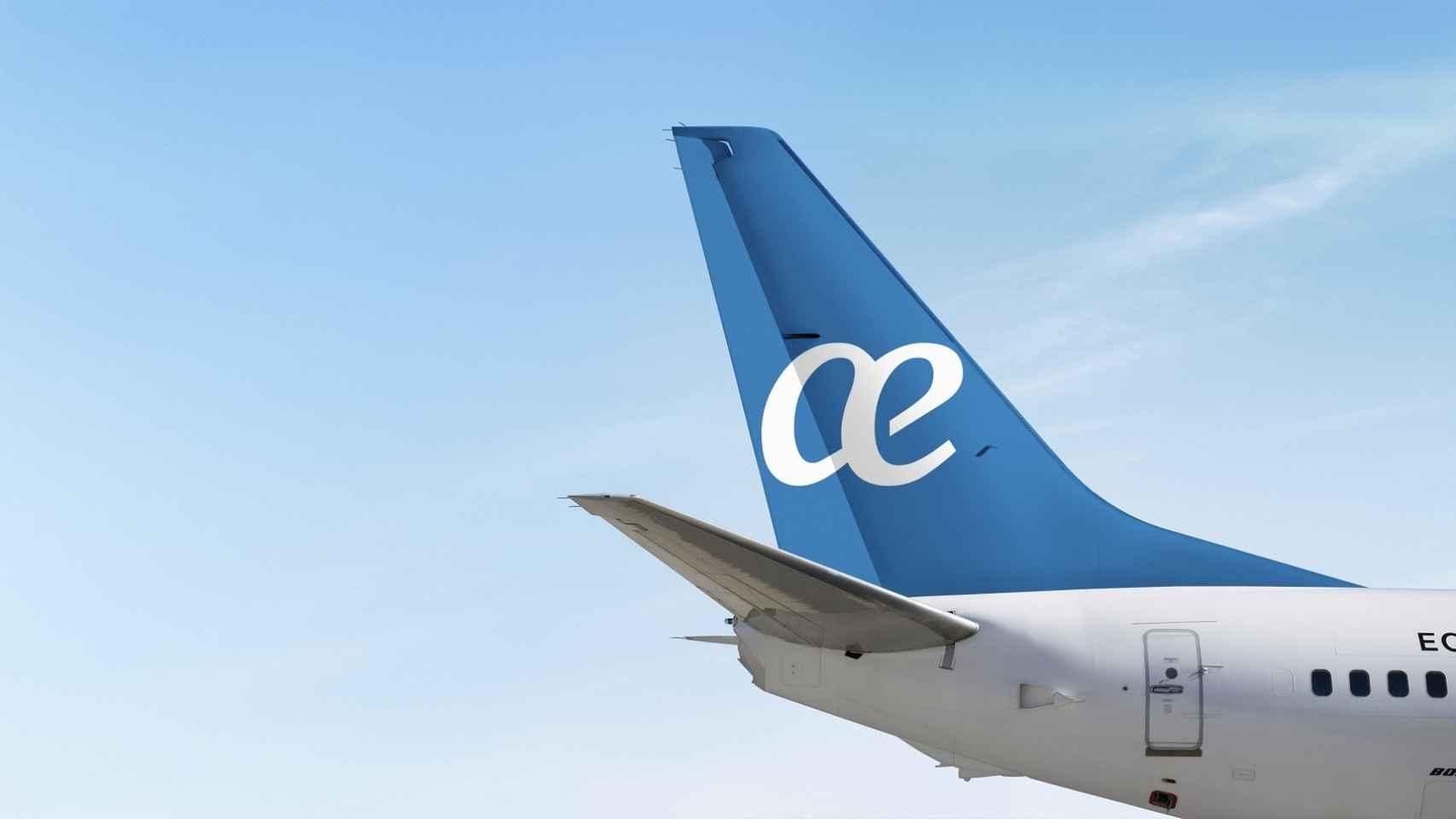 La cola de un avión de Air Europa con el logo de la empresa.