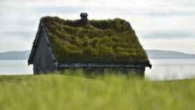 Una casa de campo con tejado con hierba.