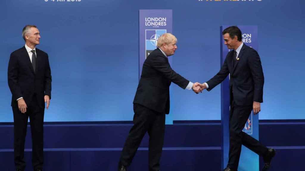 Pedro Sánchez saluda a Boris Johnson y Jens Stoltenberg este miércoles durante la cumbre de la OTAN.