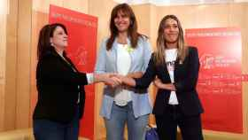 Adriana Lastra junto a las dirigentes de JxCAT Laura Borràs y Míriam Nogueras el pasado mes de junio.
