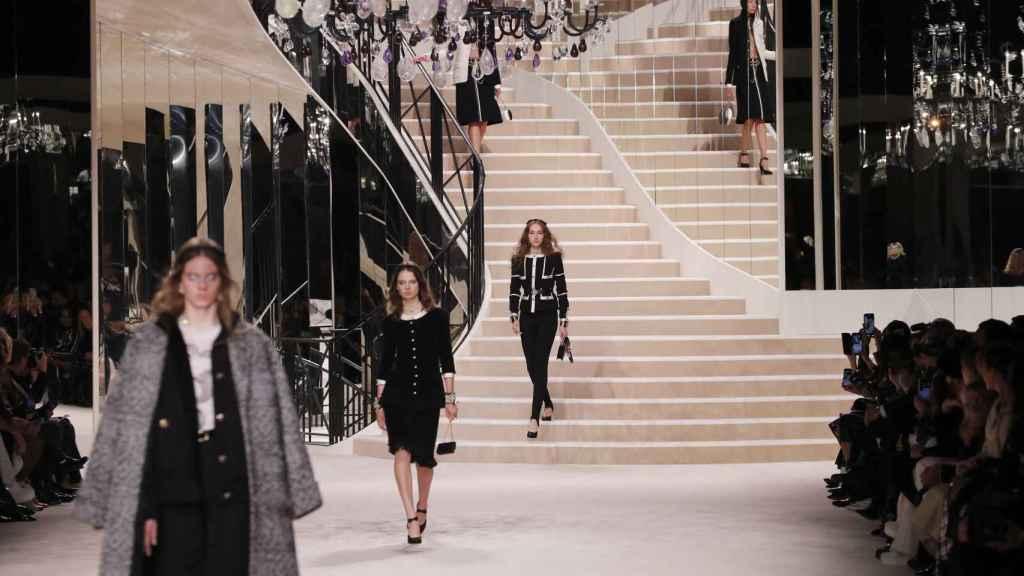 La escalera con espejos de la antigua casa de Gabrielle Chanel hizo de improvisada pasarela.
