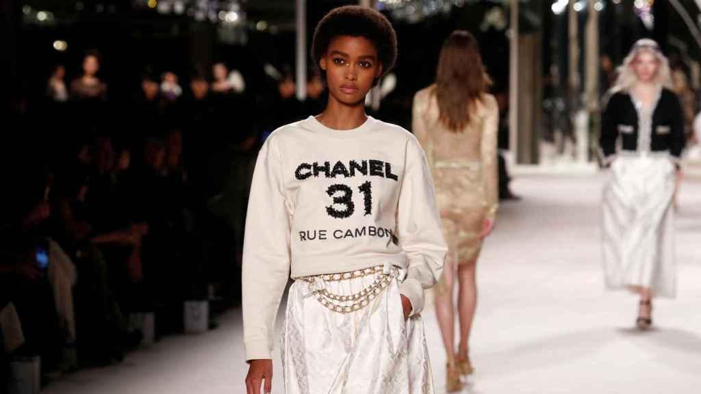 La moda cambia pero el estilo  perdura, era la frase mítica de Chanel en la que se ha inspirado el desfile.