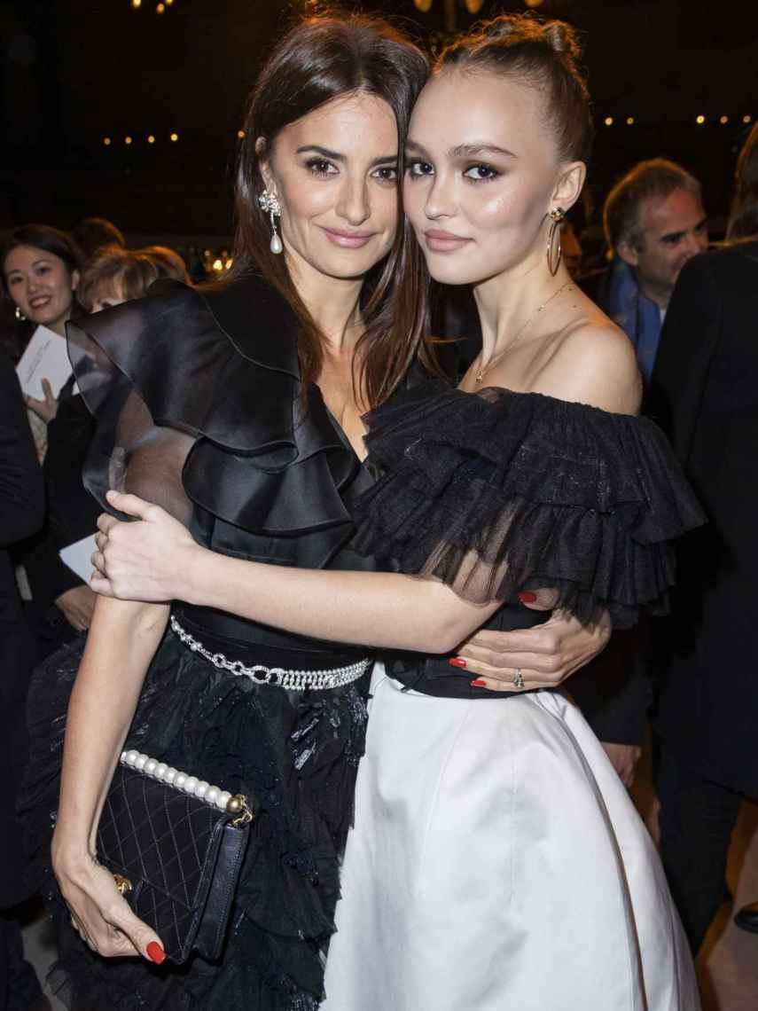 Penélope Cruz y Lily Rose Depp son grandes amigas gracias a la unión de la española con su padre.