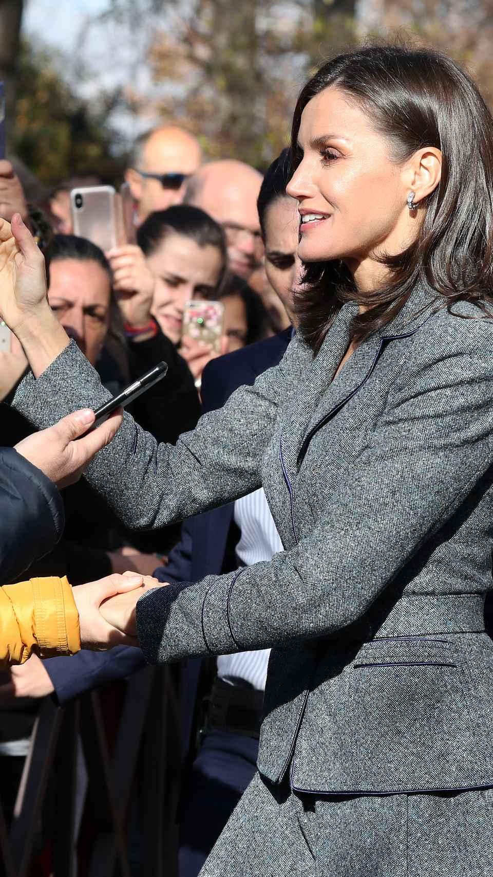 Letizia ha saludado a las personas que se han congregados en Granada para verla.
