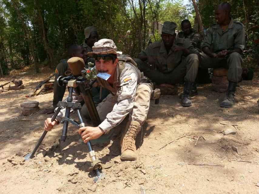 Instrucción de mortero a los militares malienses.