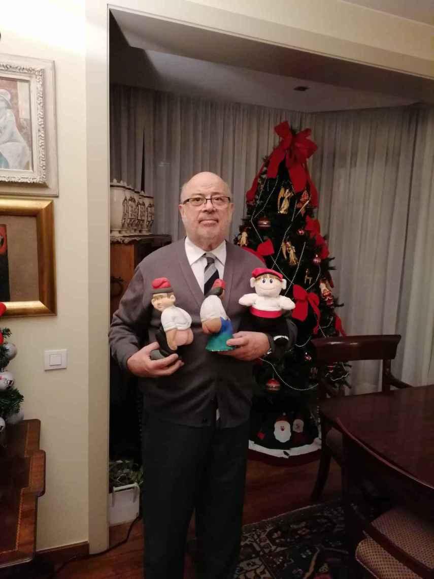 Xabier Añoveros, posando junto algunas figuras y el árbol de Navidad, en su casa.