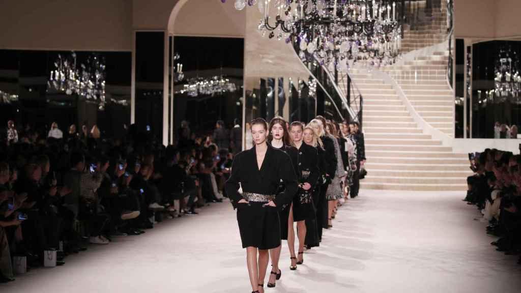 El desfile de Chanel ha rememorado el apartamento de su fundadora en París.