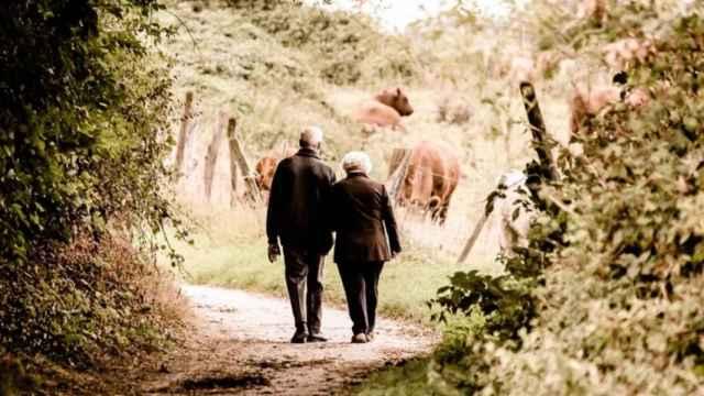 Unos jubilados paseando.