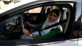 Una mujer saudí conduciendo.